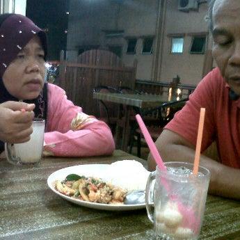 Photo taken at Restoran Pinang Sebatang by Ouhh M. on 5/31/2012
