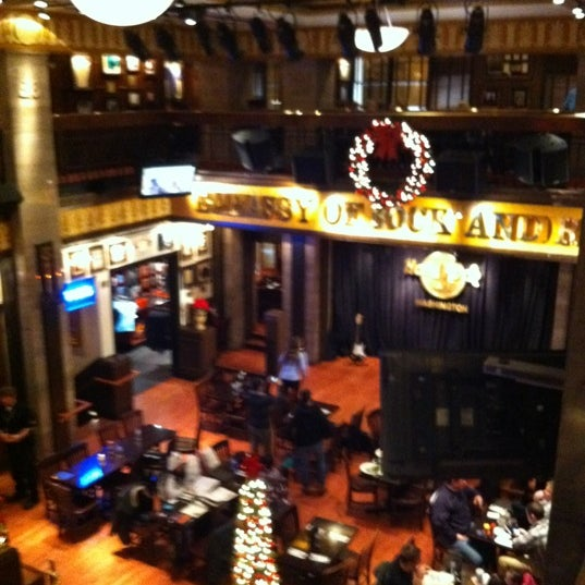 Photo taken at Hard Rock Cafe Washington DC by Dulce Helena Melchiori N. on 12/28/2011