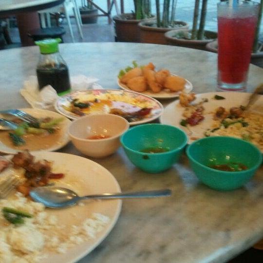 Photo taken at Restoran Sambal Hijau by Hedzree S. on 9/10/2011