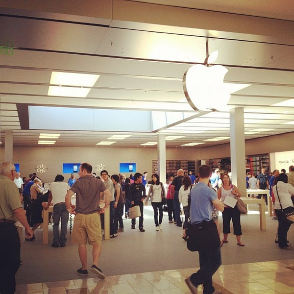 Photo taken at Apple Bellevue Square by Leslie E. on 9/1/2012