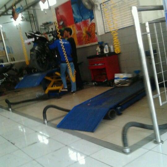 bajaj auto service center bike shop. Black Bedroom Furniture Sets. Home Design Ideas
