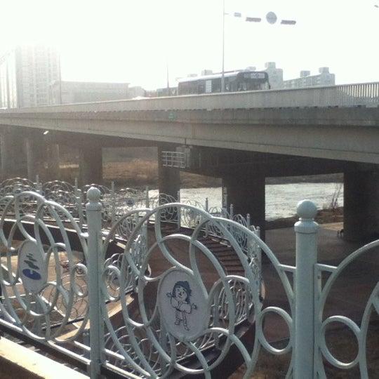 Photo taken at 광평교 by Minnie L. on 3/28/2012