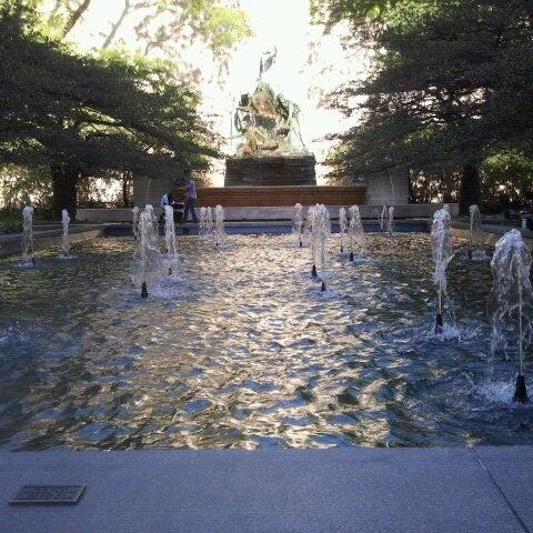 Photo taken at Sculpture Garden - Art Institute of Chicago by Trân on 8/6/2012