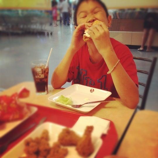Photo taken at KFC by 💋💋 ThePorryz 😘 on 3/11/2012