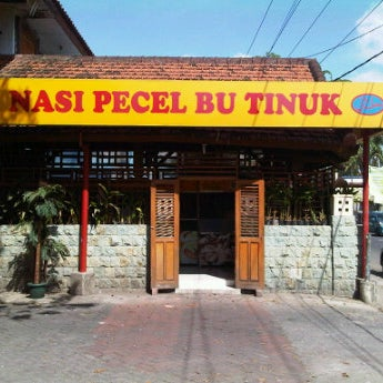 Photo taken at Nasi Pecel Bu Tinuk by Cak-0kkie A. on 6/3/2012