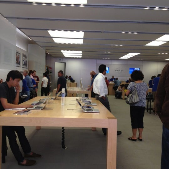 Photo taken at Apple Store, La Cantera by Darrell H. on 5/9/2012