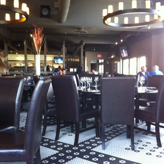 Photo taken at Earls Restaurant by BrandBiotch on 4/22/2012