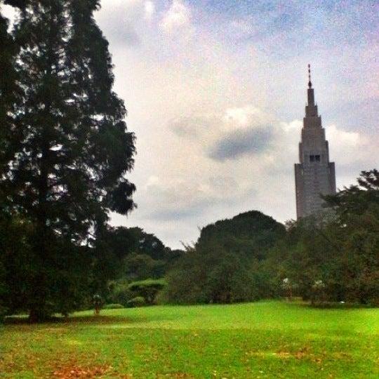 Photo taken at 新宿御苑 (Shinjuku Gyoen) by Yoshihiro M. on 7/29/2012