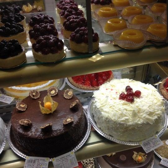 Photo taken at Paris Confeitaria e Café by Aline S. on 5/15/2012