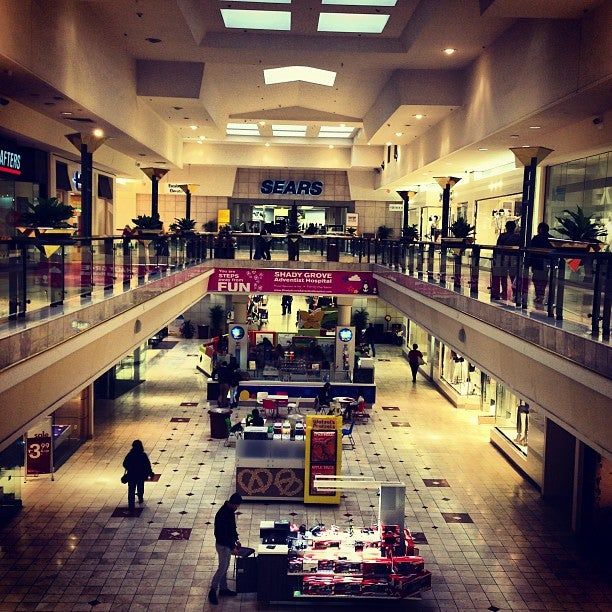 BETHESDA, MD — If you have one last gift to buy, or maybe you prefer to push your luck and start your Christmas shopping just hours before the big day, area malls are open for business through.