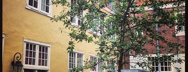 Raepenhofje is one of Amsterdamse hofjes.