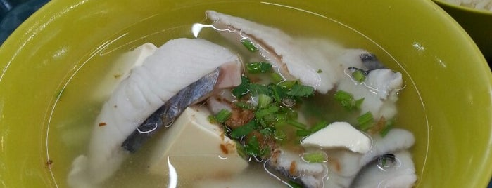 Shun Li Fish Soup is one of Hole-in-the-Wall finds by ian thomtori.