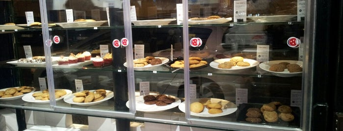 Karl's Cookies is one of Coffee places in Lisbon.