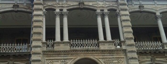 'Iolani Palace is one of Oafu.