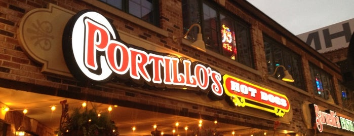 Portillo's Hot Dogs is one of Traveling Chicago.