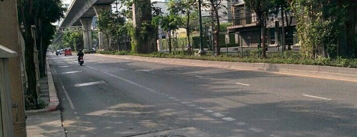 ถนนสุขุมวิท (Sukhumvit Road) is one of ถนน.