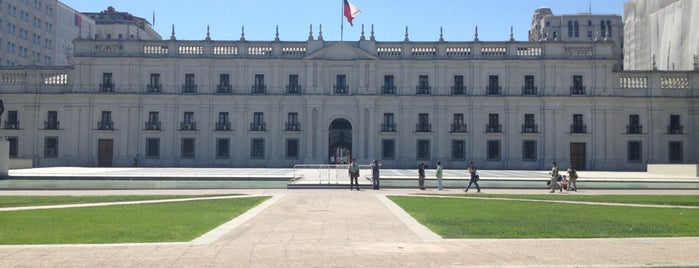 Palacio de La Moneda is one of Chilena Turisteando en Chile<3.