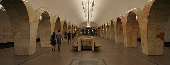 Метро Кузнецкий мост (metro Kuznetsky Most) is one of Complete list of Moscow subway stations.