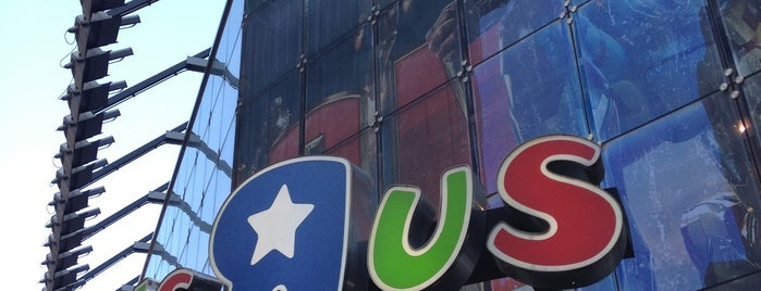 "Toys""R""Us is one of Nyc."