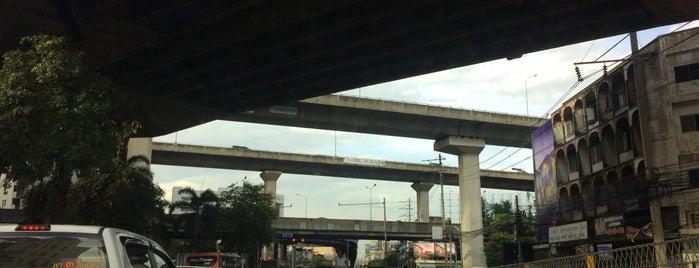 ถนนรามคำแหง (Ramkhamhaeng Road) is one of M-TH-18.