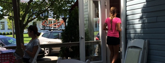 Beth's Cafe is one of Hamptons.
