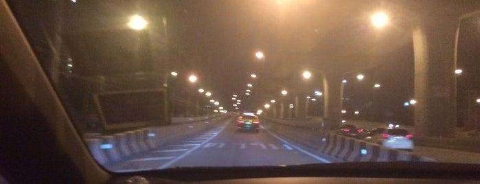 สะพานคู่ขนานสะพานพระนั่งเกล้า is one of ถนน.