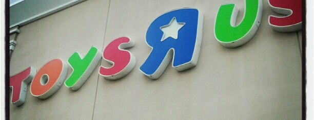 "Toys""R""Us is one of Tiendas en PLAZA."