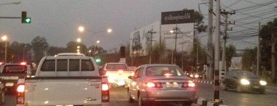 แยกศูนย์ราชการร่วมใจ (Soon-Rachakan Ruamjai Intersection) is one of ถนน.