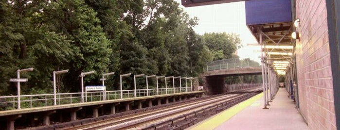 Metro North - Botanical Garden Train Station is one of Harlem Line (Metro-North).