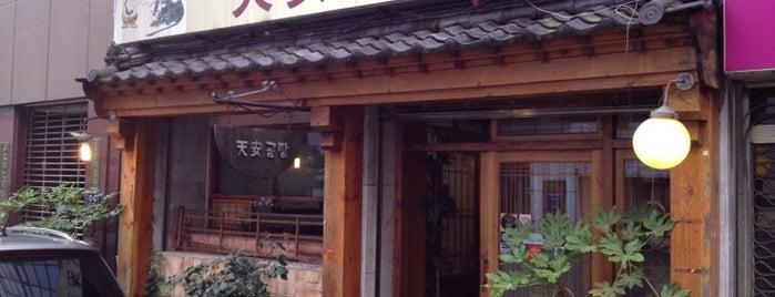 천안곰탕 is one of 한국인이 사랑하는 오래된 한식당 100선.