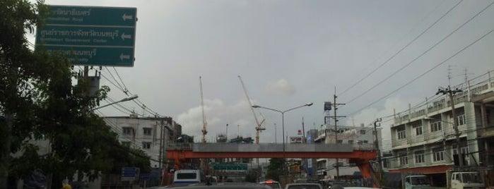 กลางถนน is one of ถนน.